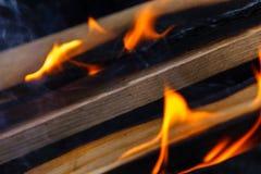发光的热的木炭冰砖特写镜头背景纹理 篝火 库存图片