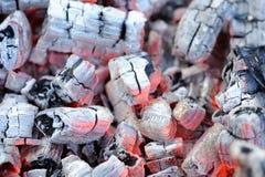 发光的热的木炭烬 免版税库存图片