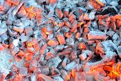 发光的热的炭烬 免版税库存图片