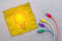 发光的电灯泡图画在黄色便条纸的 免版税库存图片