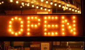 发光的电灯泡标志打开 库存图片