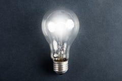 发光的电灯泡电 免版税库存图片