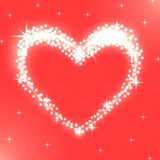 发光的白光的精采心脏在红色背景的 免版税库存照片