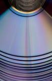 发光的紫罗兰色CDs DVDs 免版税库存照片