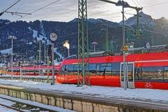 发光的红色火车停止了在加米施・帕藤吉兴铁路st 免版税库存照片