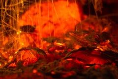 发光的红色炭烬 免版税库存图片
