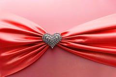 发光的红色缎丝带和金刚石心脏 免版税库存图片