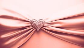 发光的红色缎丝带和金刚石心脏 免版税图库摄影