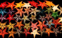 发光的纸星圣诞节装饰在黑背景中 库存照片