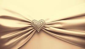 发光的缎丝带和金刚石心脏 免版税库存照片