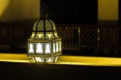 发光的美丽的灯笼在夜 免版税库存照片