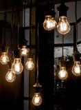发光的老电灯泡 免版税库存图片