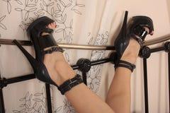 黑发光的脚跟 免版税库存图片