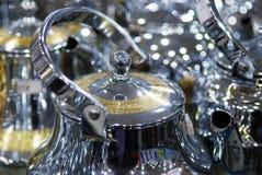 发光的茶罐阿拉伯样式咖啡荚金子和银 库存照片