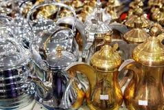 发光的茶罐阿拉伯样式咖啡荚 免版税图库摄影