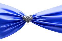发光的蓝色缎丝带和金刚石心脏 免版税库存照片