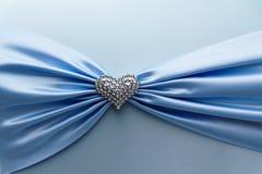 发光的蓝色缎丝带和金刚石心脏 免版税库存图片