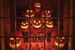 发光的起重器o灯笼万圣夜显示在一个商店窗口在晚上,康涅狄格里 库存照片