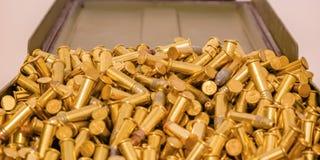 发光的金子镀了在打开容器里面的子弹 库存照片