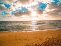 发光的金黄日落鸟瞰图在海洋的 库存图片