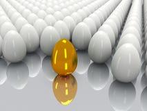 发光的金黄和白鸡蛋 免版税图库摄影