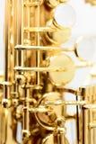 发光的金黄女低音萨克斯管 库存图片