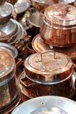 发光的铜炊具 免版税库存图片