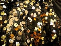 发光的银和黄色被环绕的板材在黑暗的滤网 镯子,项链,首饰 免版税库存图片