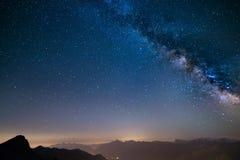 发光的银河和满天星斗的天空从阿尔卑斯 图库摄影