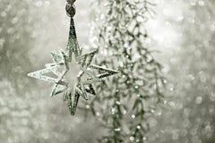 发光的银色星形。 圣诞节装饰 免版税库存图片