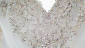 发光的魅力假钻石刺绣特写镜头在一白色婚纱的 股票视频