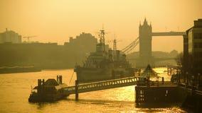 发光的晴朗的早晨、泰晤士全景和塔桥梁 影视素材
