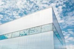从发光的玻璃壁角现代企业大厦下面射击与蓝天和云彩的 莫斯科,俄罗斯首都 免版税库存照片