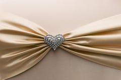 发光的黄色缎丝带和金刚石心脏 免版税库存照片