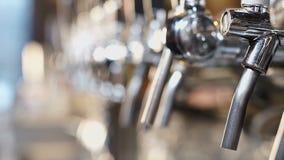 发光的beertaps在工艺啤酒厂,真正的恋人的草稿饮料,体育客栈 股票视频