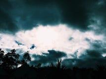 发光通过一场风暴的太阳在芝加哥 库存图片