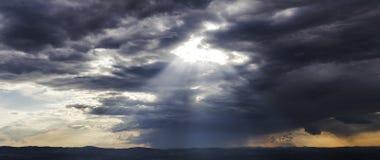 发光通过云彩的光 免版税库存照片