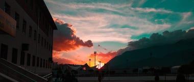 发光通过云彩的太阳 免版税图库摄影