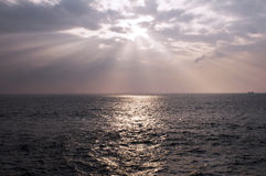 发光通过云彩的太阳 图库摄影
