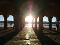 发光通过曲拱的太阳 库存图片