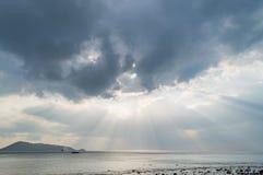 发光通过黑暗的云彩的光 与云彩的剧烈的天空 库存图片