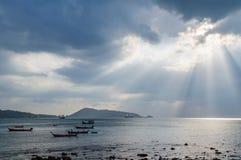 发光通过黑暗的云彩的光 与云彩的剧烈的天空 免版税库存照片