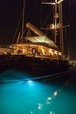 发光通过从靠码头的小船的水的光 免版税图库摄影