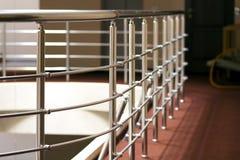 发光镀铬物在旅馆内部的金属操刀和栏杆 库存图片