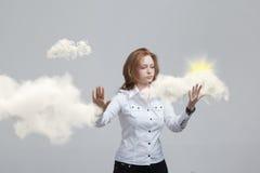 发光从云彩的后面,云彩计算或者天气概念的少妇和太阳 免版税库存照片