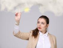发光从云彩的后面,云彩计算或者天气概念的少妇和太阳 免版税图库摄影