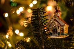 发出微光与装饰品的圣诞灯 免版税图库摄影
