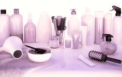 头发切口剪、梳子、染发剂和专业化妆用品 免版税库存照片