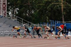 发动人赛跑者在100米跑 免版税库存图片