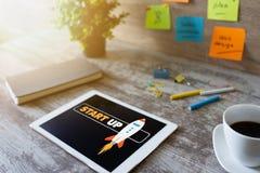 发动在设备屏幕上的太空飞船 企业和财务概念 免版税库存图片